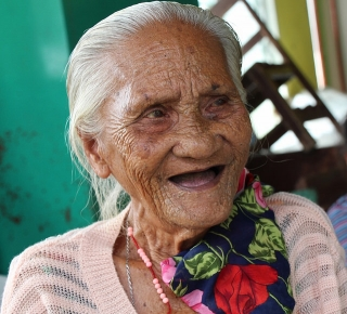 Older woman, Philippines (c)Carolyn Canham/HelpAge International