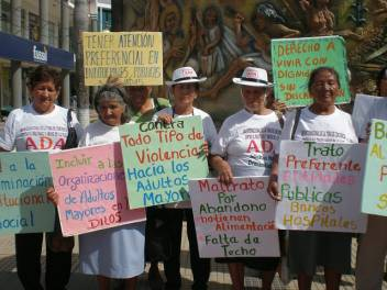Older activists demand their rights in Bolivia. (c) HelpAge International