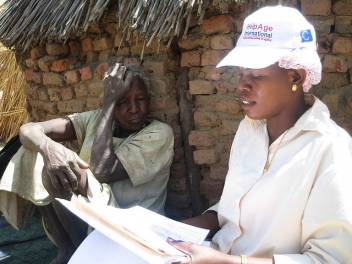 HelpAge staff assess vulnerable older people in Darfur refugee camp. (c) Conny Demontis/HelpAge International