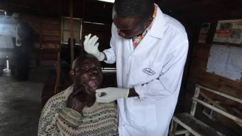 An older person receives free dental treatment in DRC. (c) Mireine Bulonza/HelpAge International