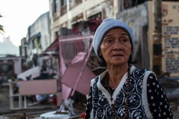 An older woman in Tacloban surveys the damage done by Typhoon Haiyan. (c) Luis Liwanag/HelpAge International