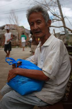 Haimy, 73, with his food pack. (c) HelpAge International