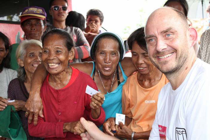 Toby Porter, HelpAge CEO, in the Philippines after Typhoon Haiyan. (c) Vincent Henson/HelpAge International
