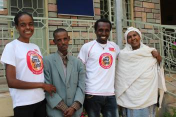 The runners and the older people they met at Hospice Ethiopia. (c) Erna Mentesnot Hintz/HelpAge International