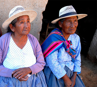 Two older women in Boliva. (c) Tom Weller/HelpAge International