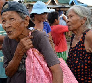 HelpAge and partners have distributed much-needed food aid to older people in the Philippines. (c) José Roldan Yambao/HelpAge International