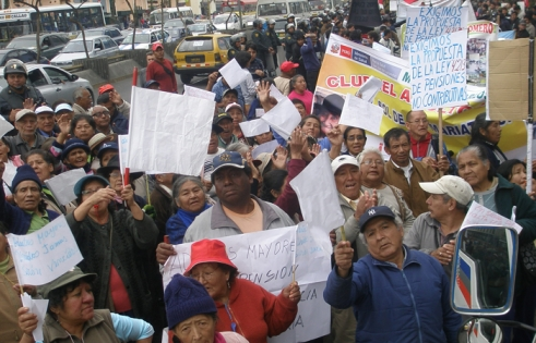 Older people in Peru campaigning for a pension on a HelpAge and ANAMPER march.