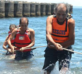 Older people in the Philippines take part in disaster risk reduction activities. (c) Artemio Andaya/COSE