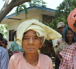 Older people in Pwint Phyu Camp in the wake of the 2015 Myanmar floods (c) Phyu Sin Thant Lu/HelpAge International