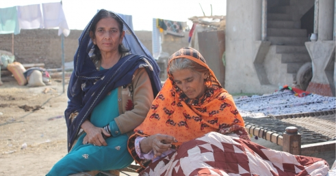 Humanitarian responses must reach older people like Sakina and Mukhtiar, who have been affected by flooding in Pakistan (c) Tayyaba Khan/HelpAge International