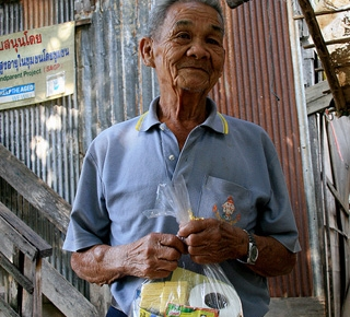 An older man in Thailand with goods purchased. (c) Dominika Kronsteiner/HelpAge International
