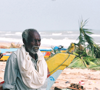 An older fisherman in India after the Tsunami. (c) John Cobb/HelpAge International