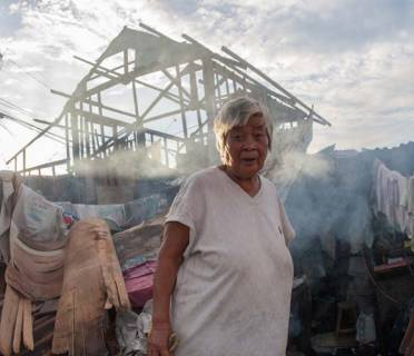 An older woman in the Philippines, scenes of devastation from Typhoon Haiyan. (c) Luis Liwanag/HelpAge International