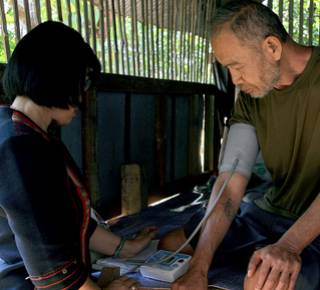 An older man in Thailand has his blood pressure checked (c) Dominika Kronsteiner/HelpAge International