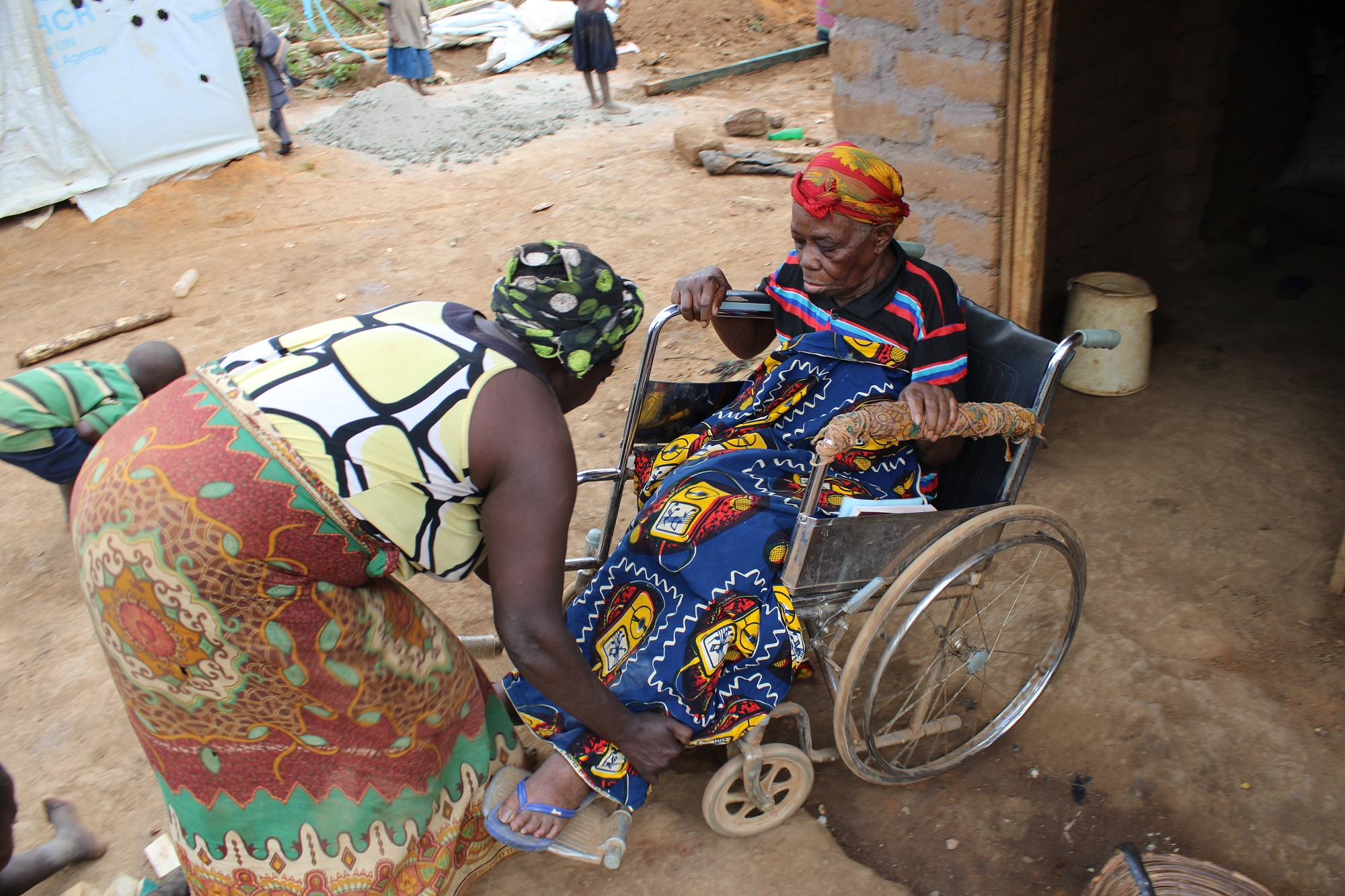 Navigating the refugee camp on a wheelchair is very difficult (c) Ben Small/HelpAge International